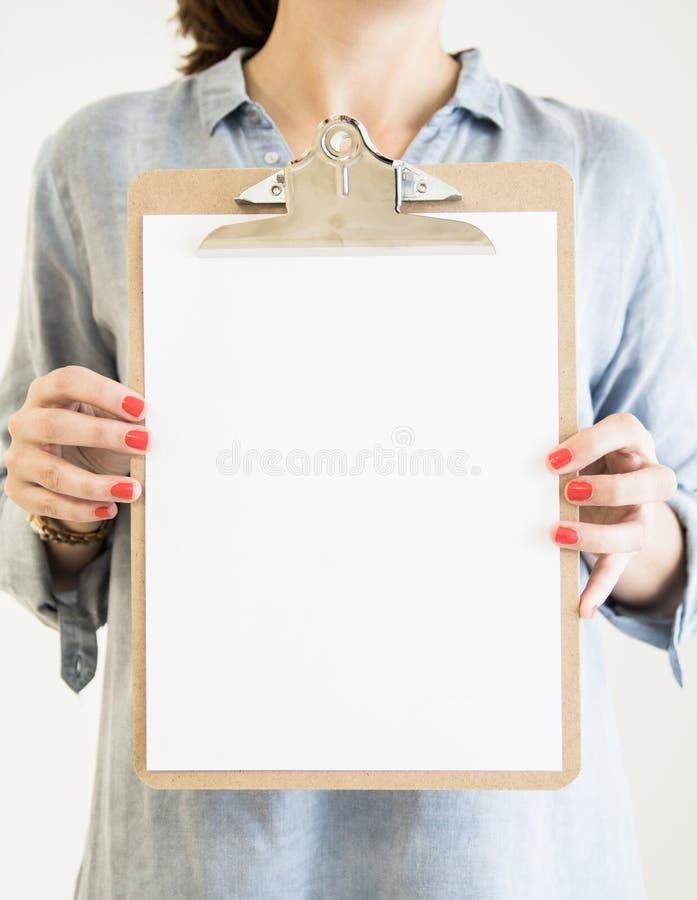 hållande skrivplatta för kvinna med vitbok royaltyfria bilder