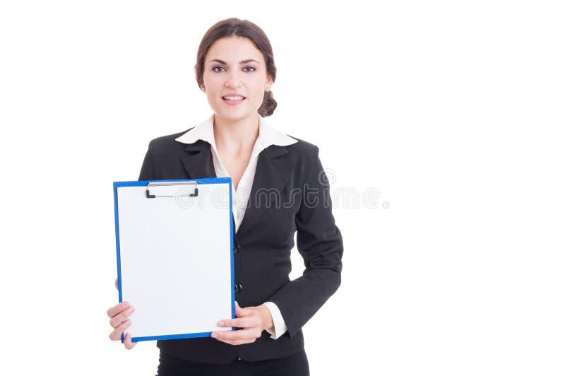 Hållande skrivplatta för kvinnamarknadschef med tom vitbok royaltyfria bilder