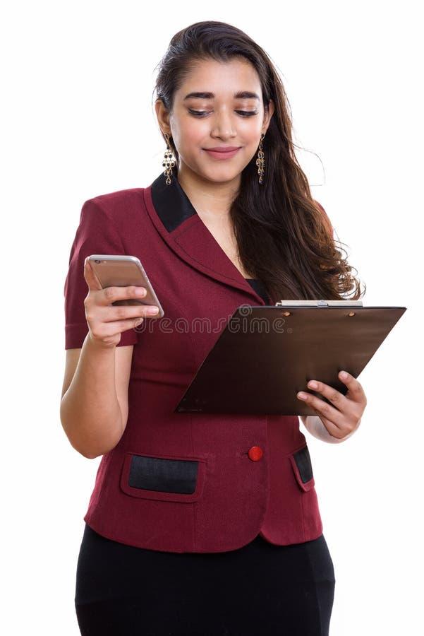 Hållande skrivplatta för ung härlig indisk affärskvinna medan usi royaltyfria bilder