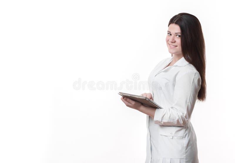Hållande skrivplatta för ung härlig kvinnlig doktor royaltyfria bilder