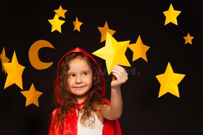 Hållande skyttestjärna för liten drömmare royaltyfri foto