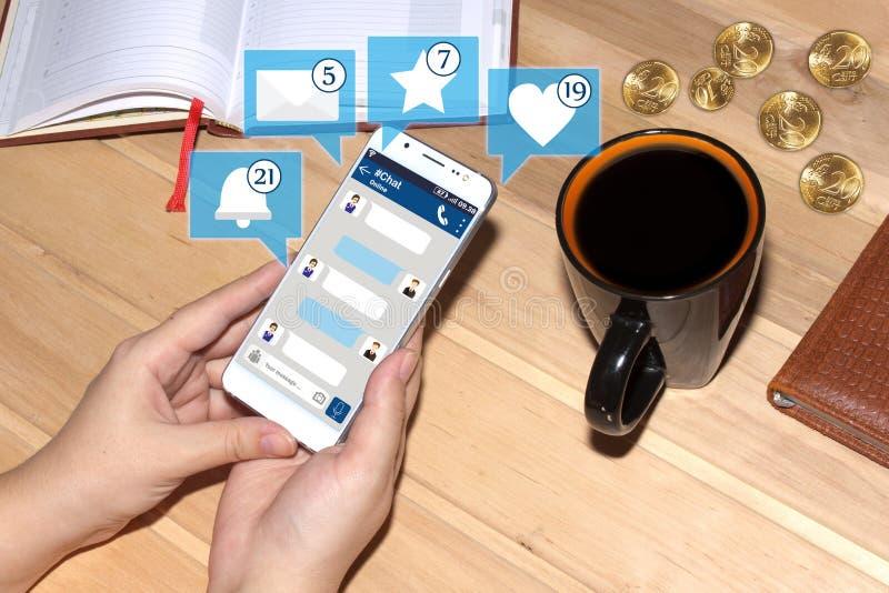 Hållande smartphone för flicka med pratstundmanöverenheten och symboler från socialt massmedia Socialt medelbegrepp pratstund royaltyfri fotografi