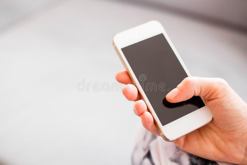 Hållande smartphone för kvinna fotografering för bildbyråer