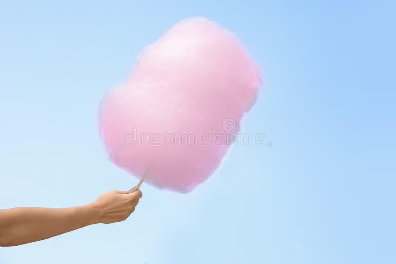Hållande sockervadd för kvinna arkivfoton