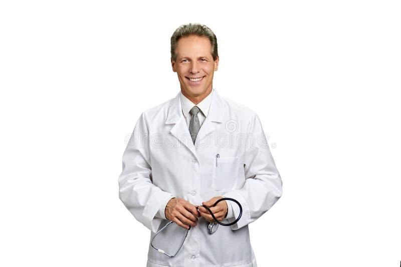 Hållande stetoskop för manlig doktor, stående royaltyfria foton