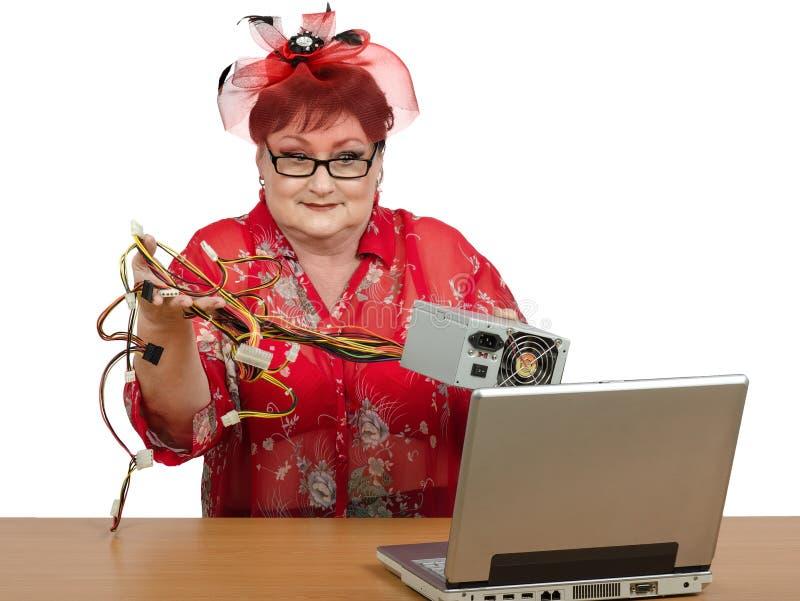 Hållande strömförsörjning för gammal kvinna arkivfoton