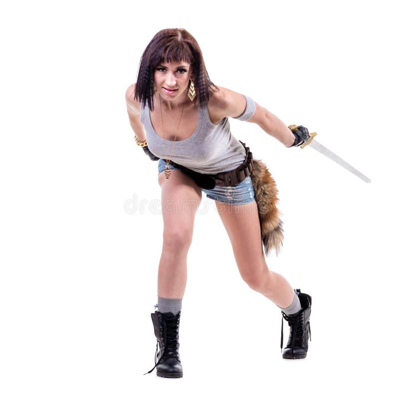 Hållande svärd för ung krigarekvinna som isoleras på royaltyfria foton