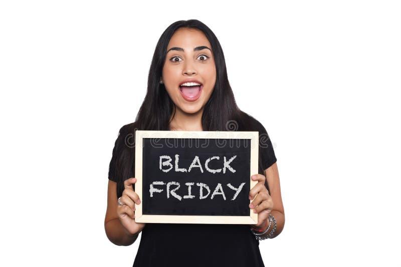 Hållande svart tavla för kvinna med textsvart fredag royaltyfri foto