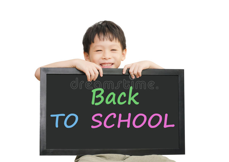 Hållande svart tavla för liten asiatisk pojke över vit bakgrund royaltyfri foto