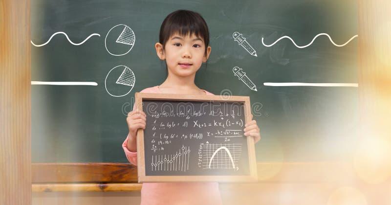 Hållande svart tavla för liten flicka med matematiklikställande och diagram royaltyfria foton