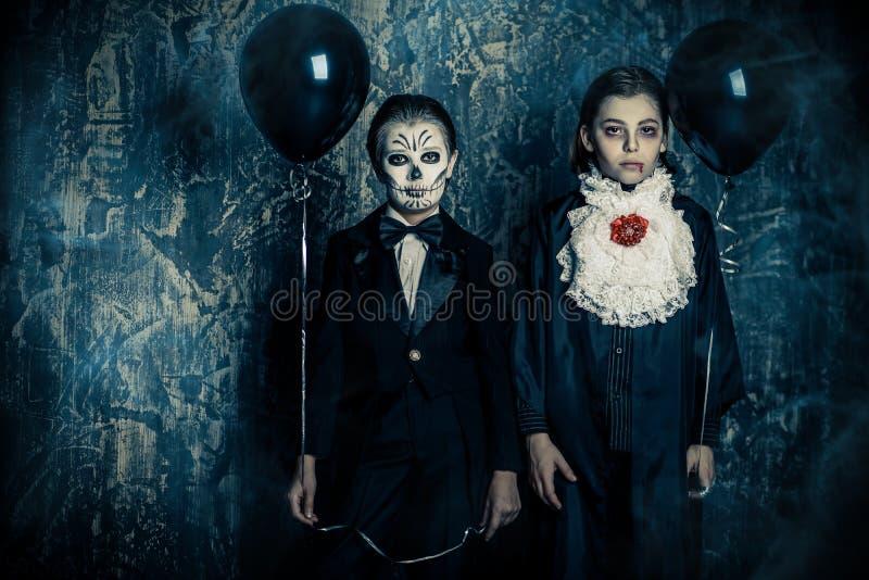 Hållande svartballonger arkivfoto