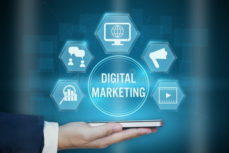 Hållande symbol för affärsman av begreppet för Digital marknadsföringsteknologi arkivbilder