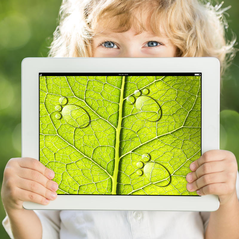 Hållande tabletPC för barn arkivbilder