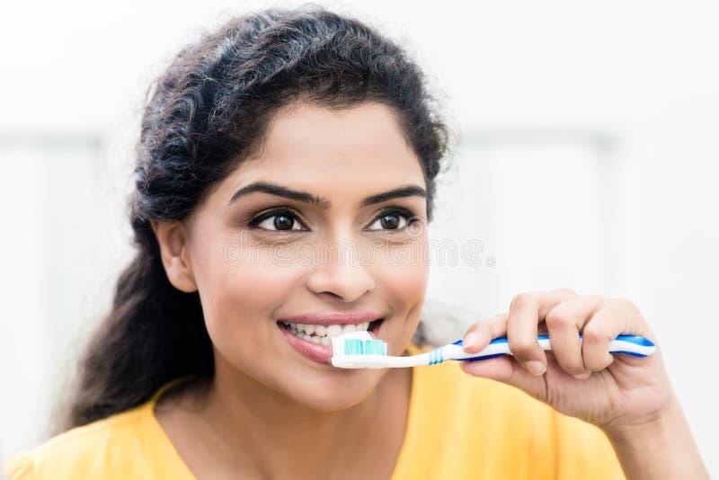 Hållande tandborste för kvinna med tandkräm royaltyfri fotografi