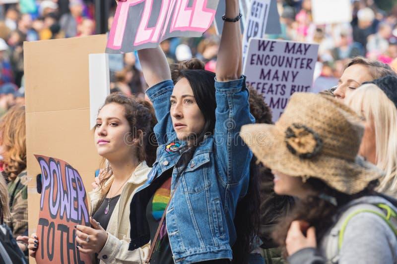 Hållande tecken för protesterare, mars Los Angeles för ` s för 2017 kvinnor arkivfoto