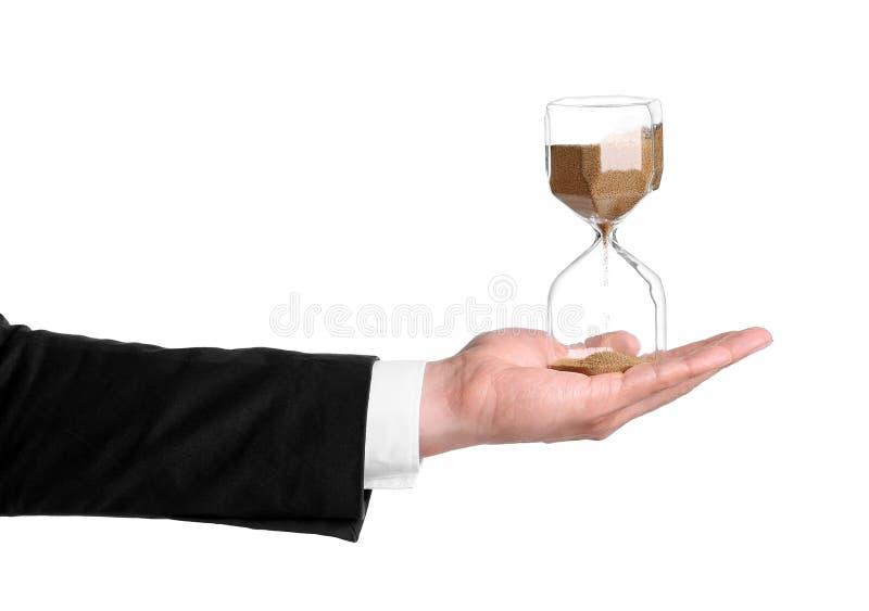 Hållande timglas för affärsman på vit bakgrund royaltyfri fotografi