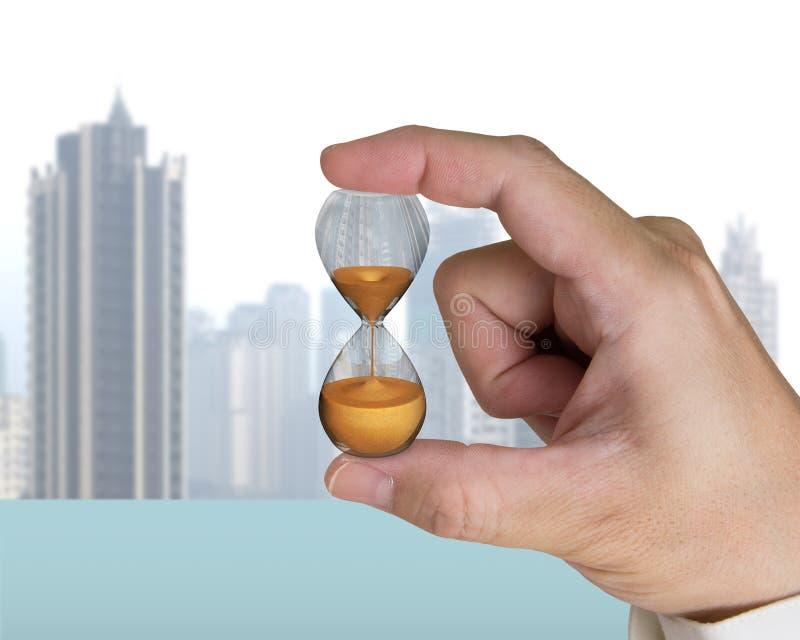 Hållande timglas för mänsklig hand royaltyfri bild