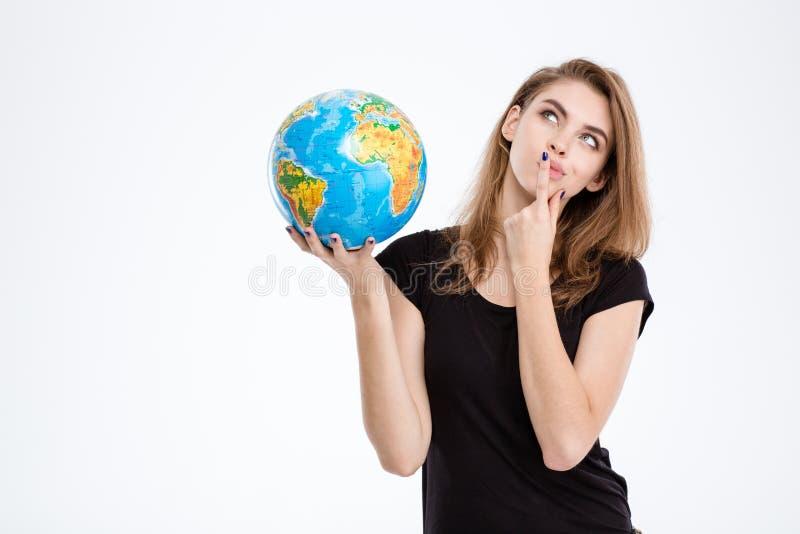 Hållande världsjordklot för kvinna och se upp royaltyfri foto