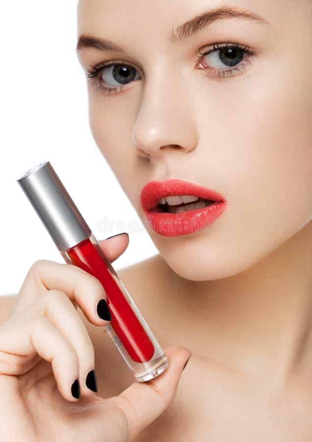 Hållande vätskerött läppstiftrör för härlig flicka arkivbilder