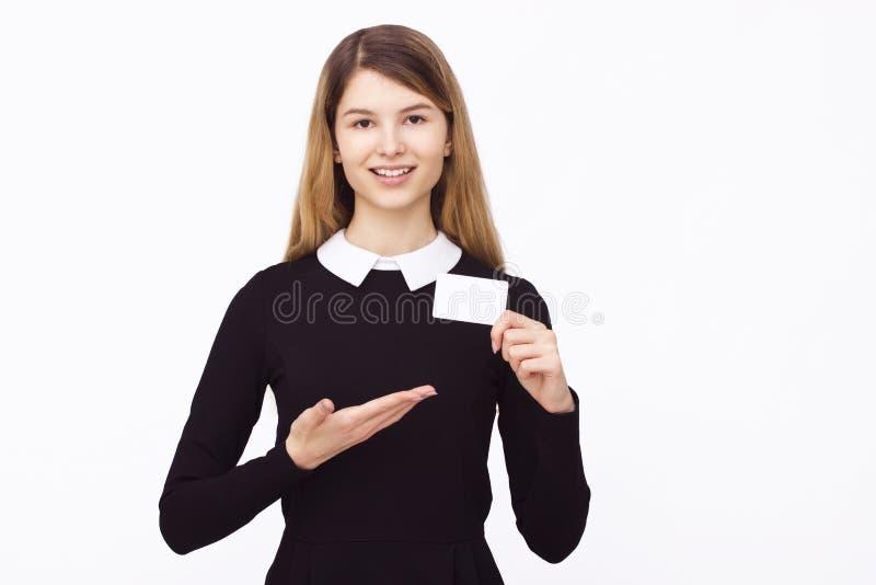 Hållande vitt tomt papper för lycklig kvinna royaltyfria bilder