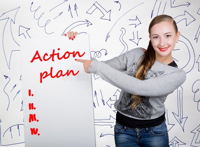 Hållande whiteboard för ung kvinna med handstilord: handlingsplan Teknologi, internet, affär och marknadsföring fotografering för bildbyråer