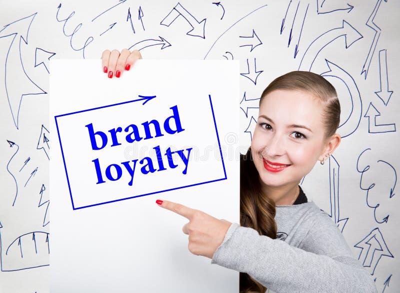 Hållande whiteboard för ung kvinna med handstilord: märkeslojalitet Teknologi, internet, affär och marknadsföring arkivbilder
