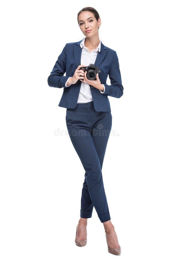 hållande yrkesmässig kamera för attraktiv kvinnlig fotograf, royaltyfri foto