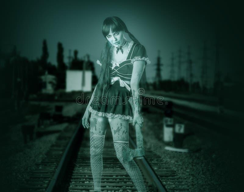 Hållande yxa för smutsig genomskinlig kvinna arkivbild