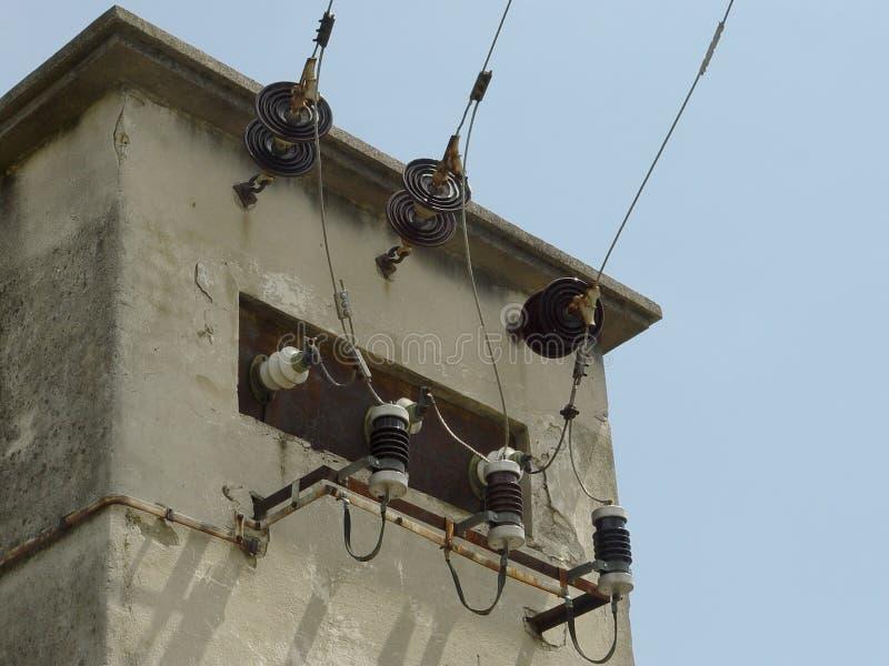 Hållaretrådtillförsel, elektrisk transformator royaltyfria bilder