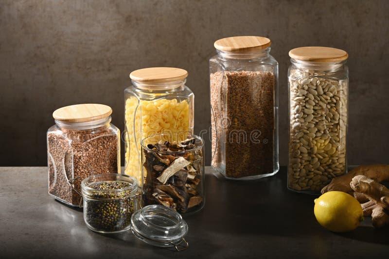 Hållbart livsstilbegrepp, nollavfalls, sädesslag och beas i exponeringsglas, ecovänskapsmatch, plast- fria objekt royaltyfria foton