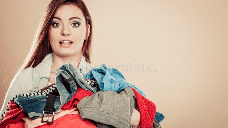 Hållhög för ung kvinna av kläder royaltyfria foton