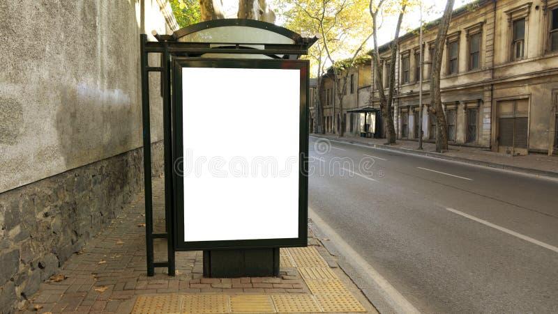 Hållplats i stad med tom vit åtlöje upp banret för annonsering royaltyfri foto