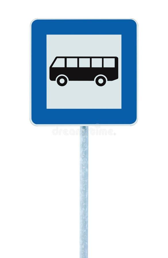 Hållplatsvägmärket på stolpepolen, vägrentrafiksignage, stora detaljerade blått inramar, det isolerade pendlarebegreppet royaltyfri bild