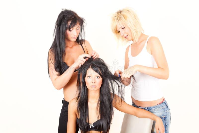 hår för 3 vänflickor som mycket hjälper arkivfoto