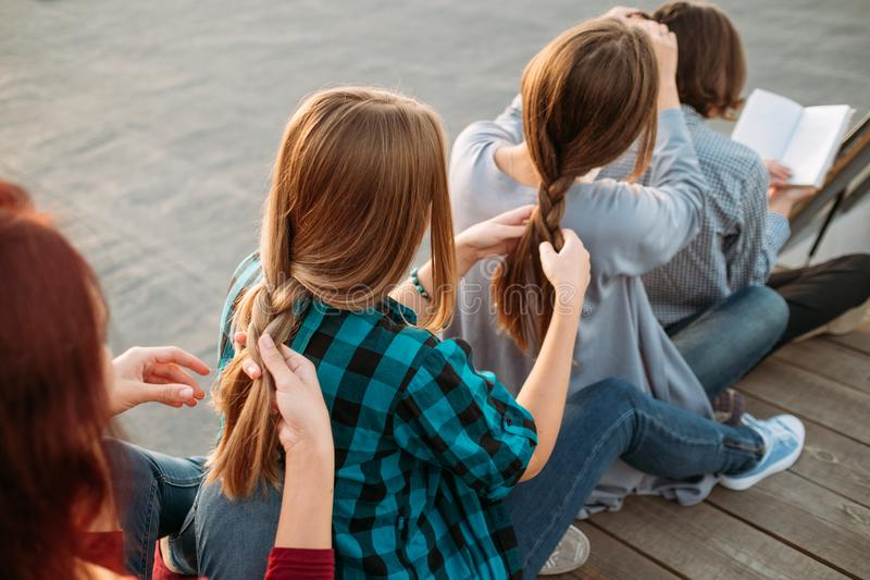 Hår för fläta för flickor för teamwork för Bff servicekamratskap arkivfoto