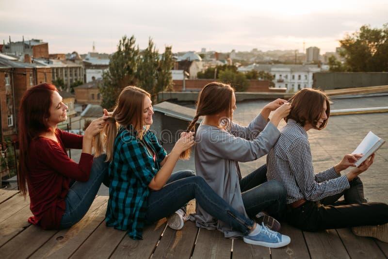 Hår för flätad tråd för flickor för teamwork för Bff servicekamratskap arkivbilder