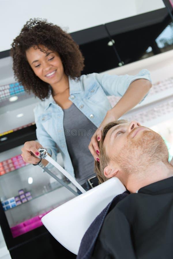 Hår för frisörtvagningkunder i hairstudio arkivfoton