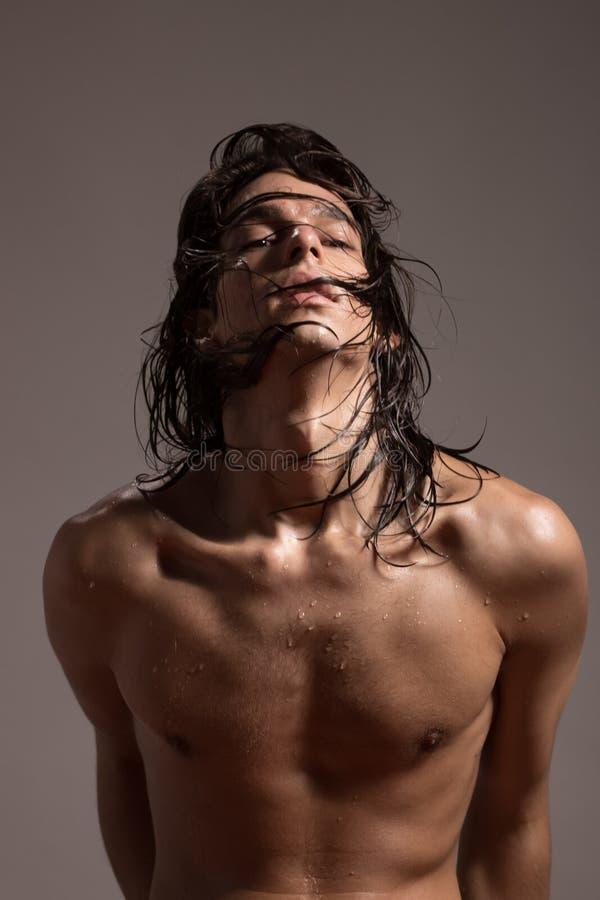 Hår för modell för ung man för näck kropp för modefotografi vått långt royaltyfri foto