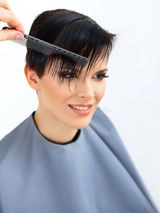 Hår. Frisör som gör frisyren. Skönhetmodell Woman. Frisyr. royaltyfri bild