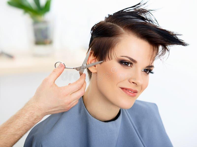 Hår. FrisörCuttings Womans hår i skönhetsalong.  Frisyr arkivbild