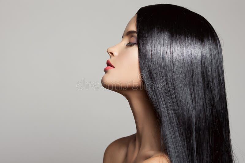 hår Härlig brunettflicka Sunt långt hår arkivfoton