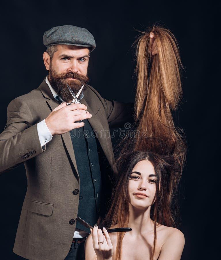 hår long Stilfull frans frisör skönhetsalong Den ledar- frisören gör frisyren och stil Frisören gör arkivfoto