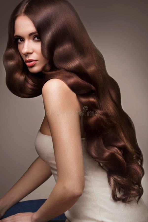 hår Stående av den härliga kvinnan med långt Wavy hår Högt qual royaltyfri foto