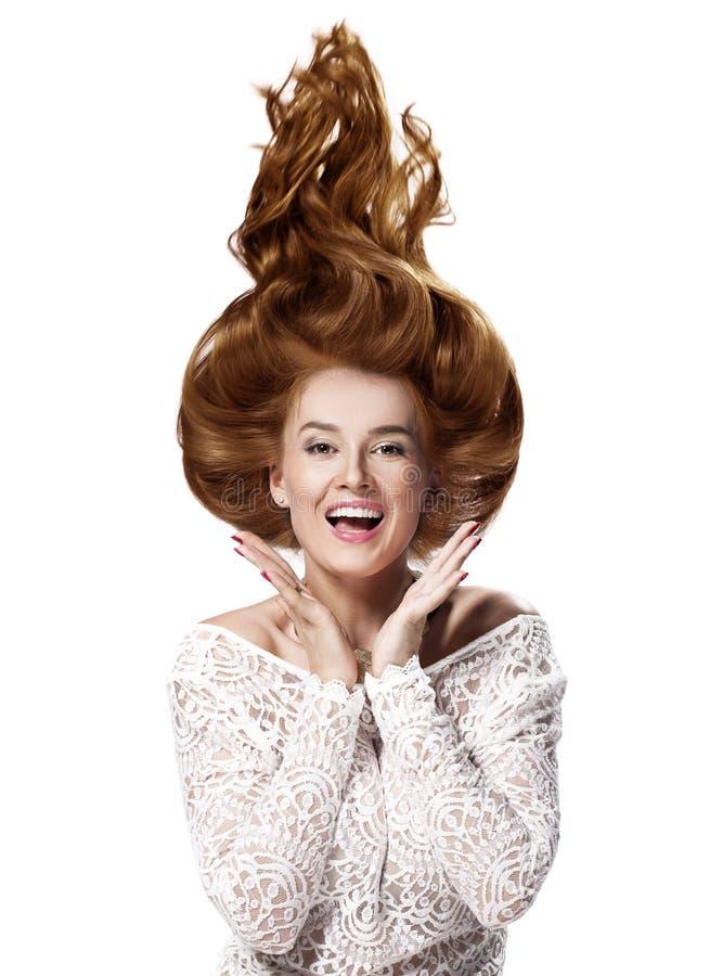 Hår upp, ung härlig kvinna med den moderiktiga glamorösa frisyren royaltyfri bild
