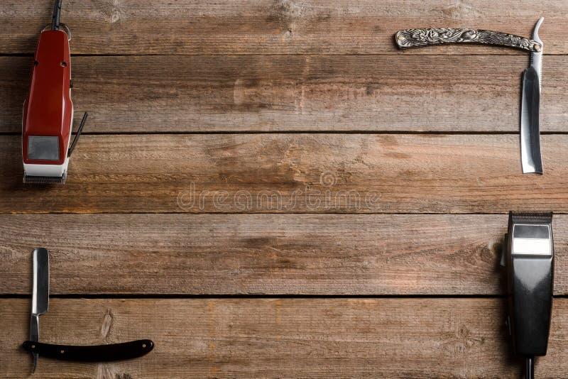 Hårbeskärare på träbakgrund arkivfoton