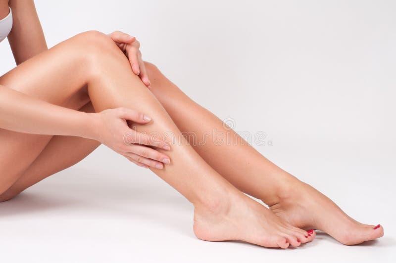 Hårborttagning och epilation Kvinnaben med slät hud efter depilation royaltyfri foto