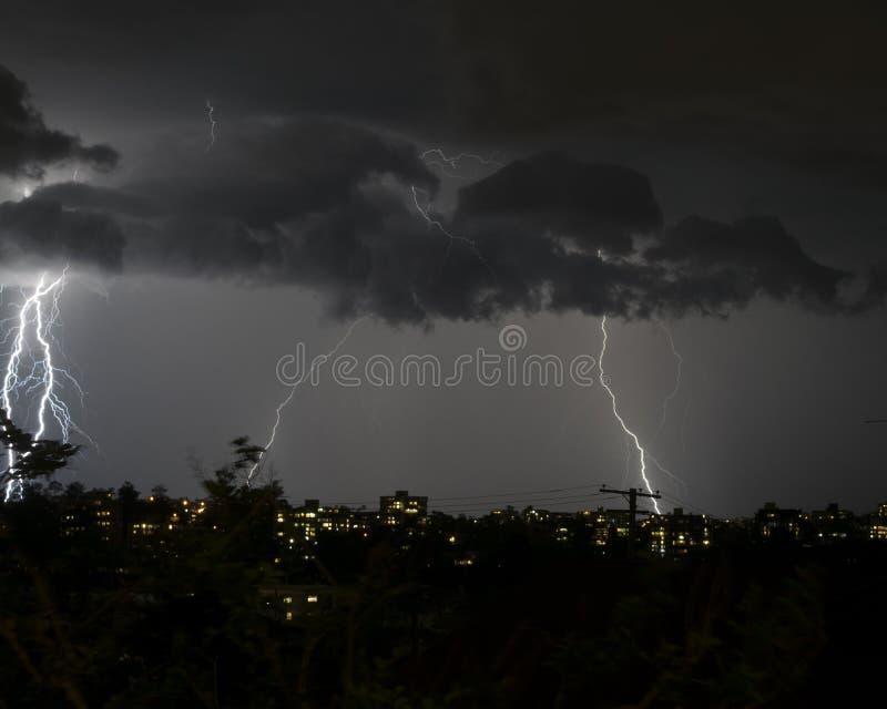 Hård blixt piskar ut över himlen royaltyfria foton