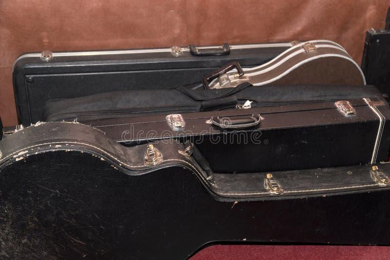Hårda fall för gitarrer är på väggen royaltyfri fotografi
