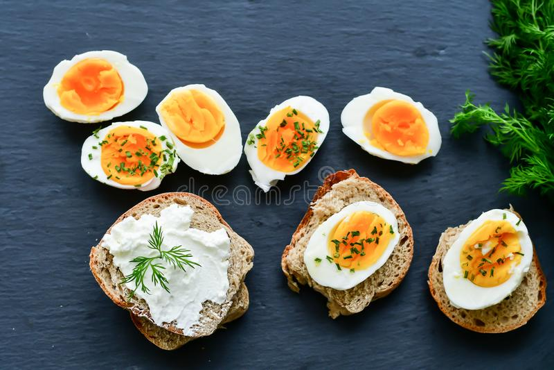 Hårda kokta ägg och smörgåsar royaltyfri bild