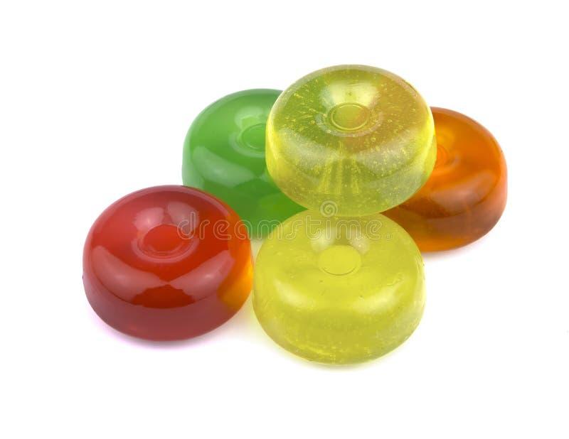 Hårda sockergodisar för färgrik frukt, kokta raringar eller sockerplommoner som isoleras på vitt bakgrundsutklipp arkivfoto